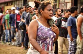 """De Honduras a Manhattan: El sueño de Catherine y sus dos bebés sobre """"La Bestia"""""""