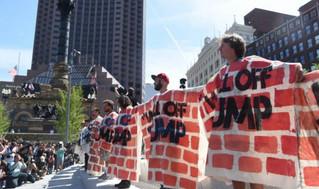 Inmigrantes construyen 'muro de amor' contra Trump