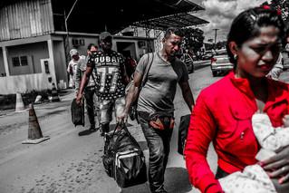 VENEZOLANOS HUYEN DE BRASIL ANTE OLA DE AGRESIONES Y QUEMA DE CAMPAMENTOS