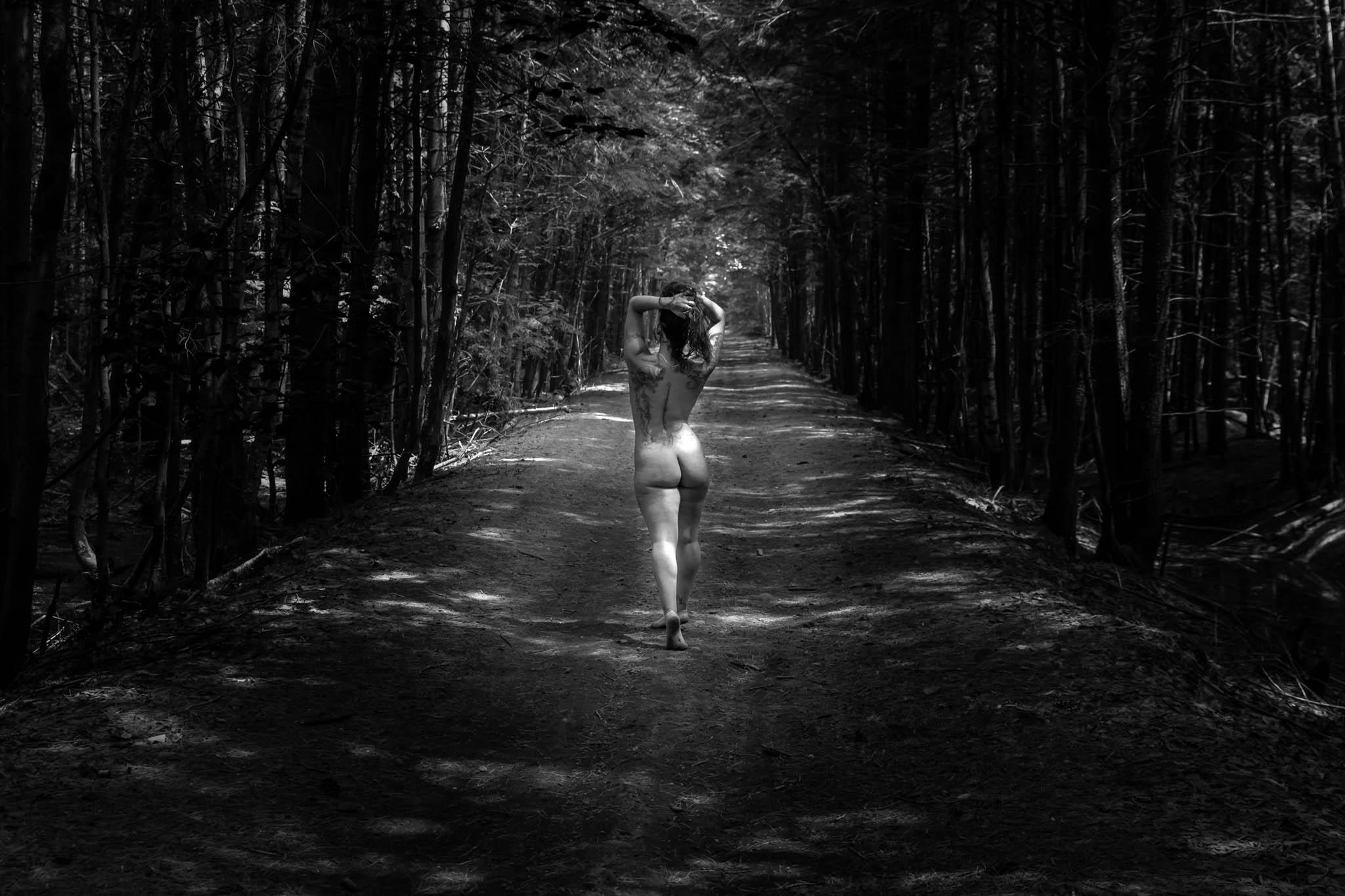 nue dans le sentier