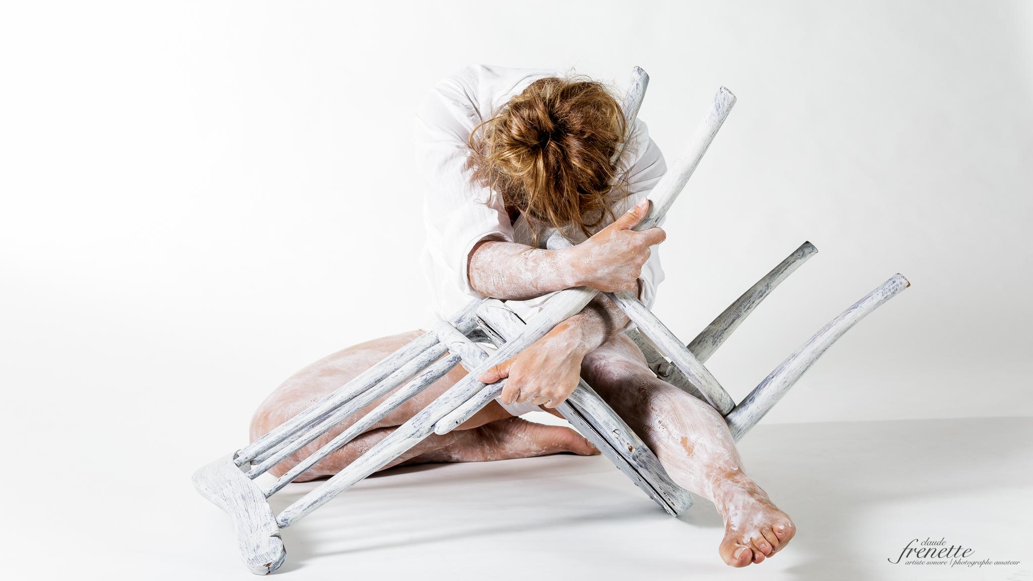 le corps et la chaise - enchevêtrée