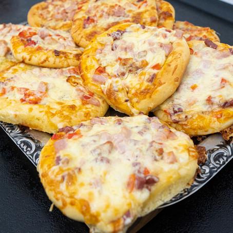 Einfaches MINI PIZZA Rezept 🍕 Perfekt für Partys | Rezept mit Leckerem Belag | Auch zum einfrieren