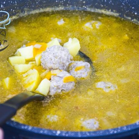 Frikadellensuppe mit Kartoffeln