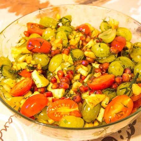 Fruchtiger Granatapfel Salat mit Cherry Roma Tomaten und Weintrauben | Vegan