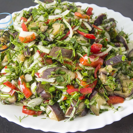 Veganer Auberginen Salat mit Zwiebeln, Paprika und vielen Kräutern