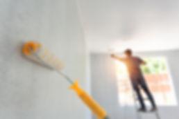rodillo-pintura-interior-trabajador-fond