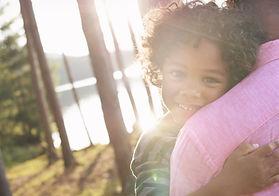 Man Tragen Kind in Arms