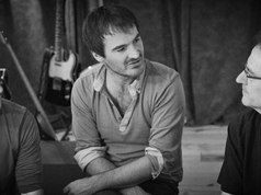 """Entouré de Tom et Michel Françoise dans le sous-marin, studio de Michel à Nérac. On parle de """"1975"""".  On fait beaucoup de blagues et quand on fait de la musique, ça coule pareil, tout en sourires."""