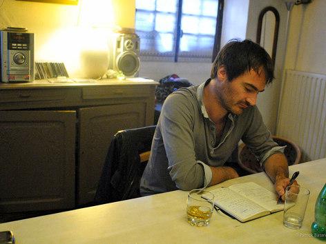 On pourrait penser que j'écris en buvant un whisky, mais non. C'est un perrier/whisky.