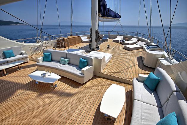 sunbathing and seating area aft.jpg