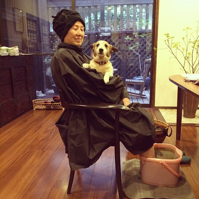 ヘナサロン楽・鶴瀬本店の番犬コリンとお客様