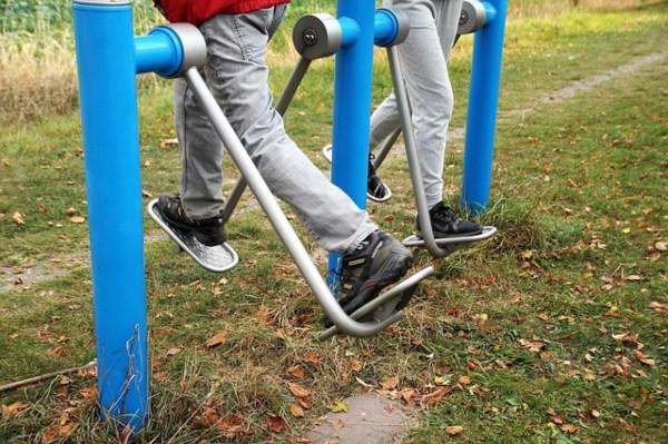 personas de la tercera edad haciendo ejercicio físico