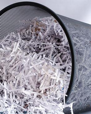 Strimlad papper i papperskorgen
