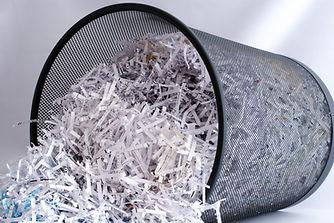 廃棄物のバスケットでシュレッダー紙
