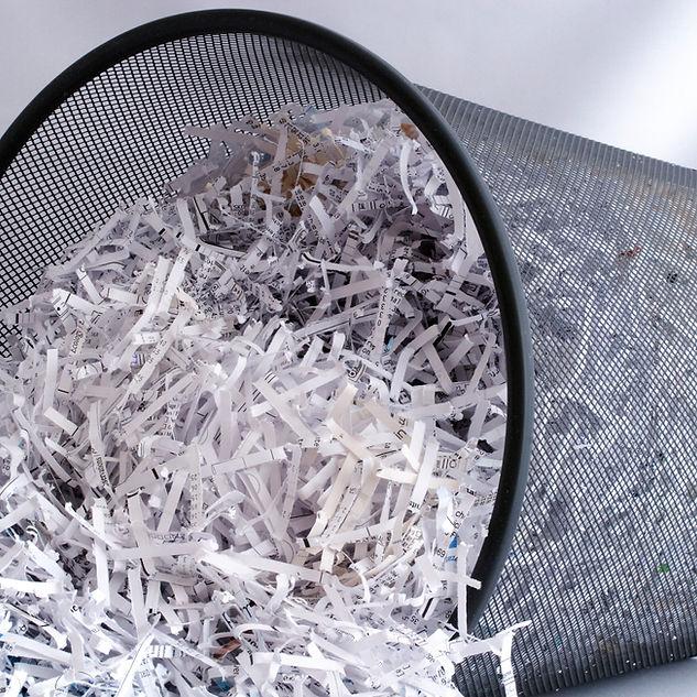 Zerrissenes Papier in Papierkorb