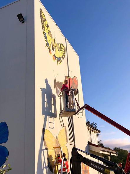 Feltarbeid - Dekorerer barneskolen på Langevåg