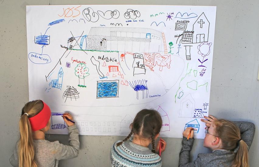 Medvirkning Langevåg. En helg på Bømlo, langevåg hvor vi dedikerte egne tidspunkt for medvirkning med alle aldersgrupper. Bildet er fra medvirkningen med barn som tegner hva de ønsker seg/savner i sentrum.