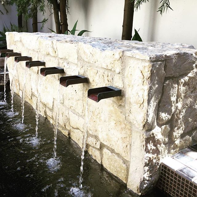 Custom water feature we built in #newportcoast #orangecounty #poolbuilder #infinitypools