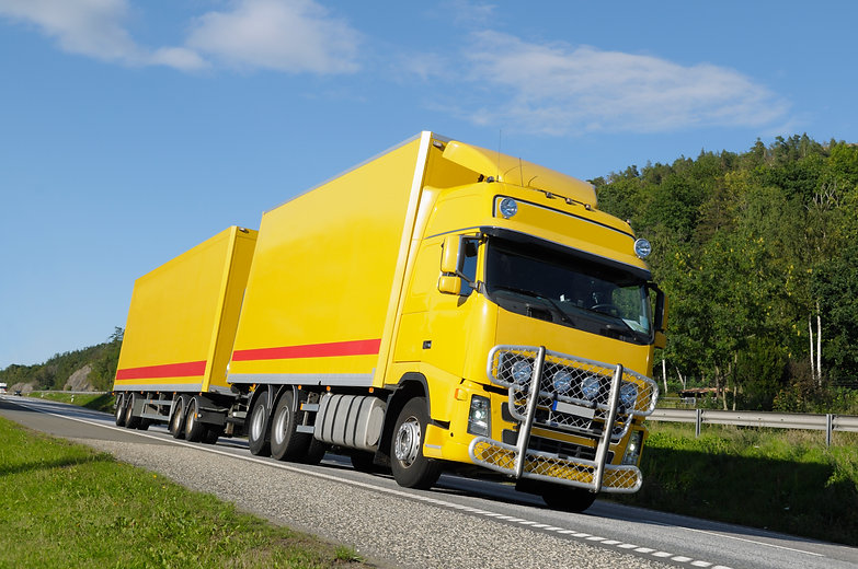 large-yellow-truck-on-highway_HKxAgg0Ns.jpg