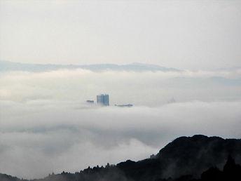 十郎原団地が顔出す雲海