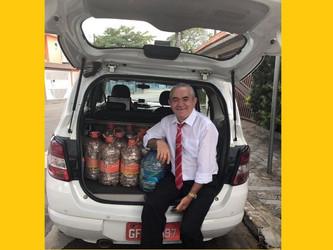 Voluntário da FBT, o taxista Jailton roda a cidade transportando lacres e cadeiras