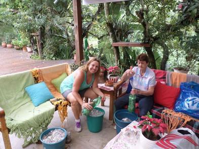 Cristina Faviere conta com a ajuda da família para acondicionar os lacres de alumínio em garrafas pet. 2013