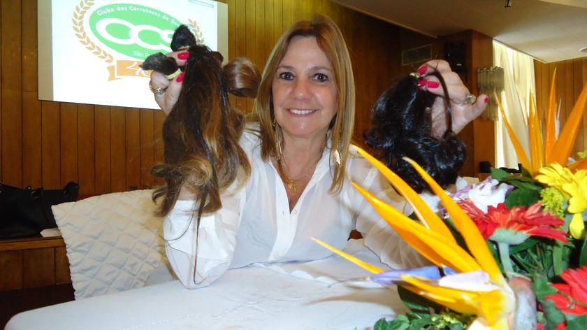 Cristina Faviere recolhe mechas de cabelo para confecção de perucas. 02/09/2014.