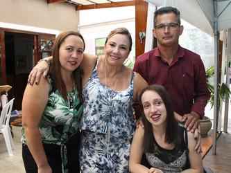 Camila recebeu uma cadeira de rodas nova e doou a sua para Helen