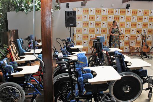 FBT entrega 15 cadeiras