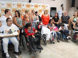 FBT doa 13 cadeiras de rodas e festeja fim de ano