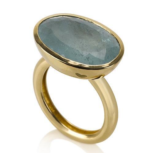 """טבעת חותם בזהב 14 קרט משובצת אבן אקוומרין בגודל 13 על 18 מ""""מ, ליטוש מט, שרוט. אבן ייחודית. בעיצוב מעצבת התכשיטים דליה ישראלה"""