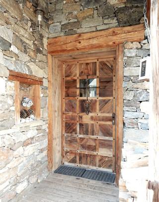 Porte d'entrée en vieux bois.