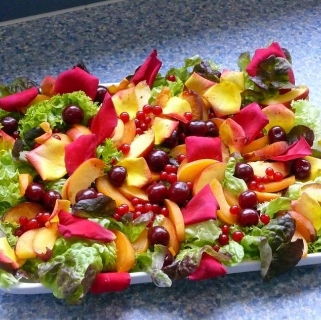 Salat mit Blütendeko