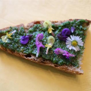 Kräuterbrot mit Bärlauchpesto und Blüten