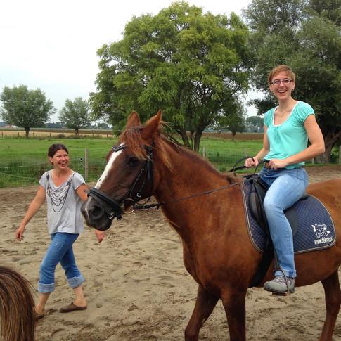 Lachend op het paard