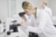 Kobieta naukowiec w mikroskopie.webp