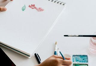 Vários materiais de desenho prontos para serem utilizados no curso de desenho