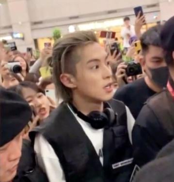 dylan wang at korean airport blonde