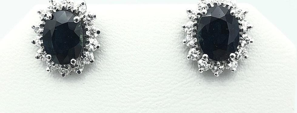 14 krt. Bicolor oorbellen met grote blauwe saffier en rondom gezet met diamant