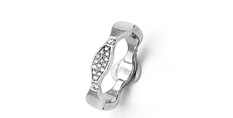 14 krt. Witgouden ring Wave met 3 appliques volgezet met diamant