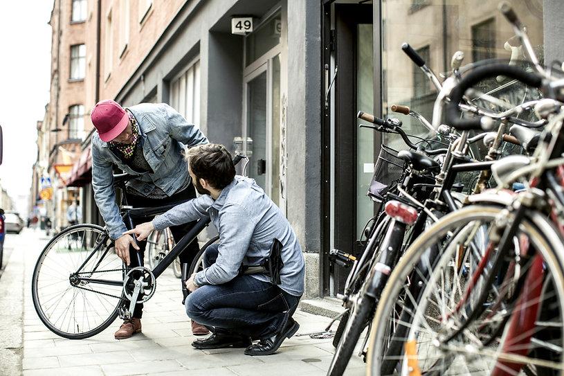 Dos hombre tienda de bicicletas