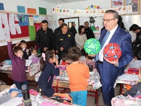 Şırnak Emniyeti, öğrencilere futbol topu ve satranç takımı dağıttı.