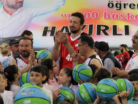 Hidayet Türkoğlu 5000 Öğrenciye Basketbol Topu Dağıttı!