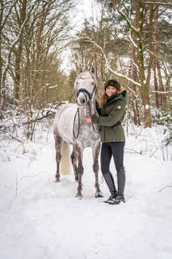 Belmondo met pony staand HR.jpg