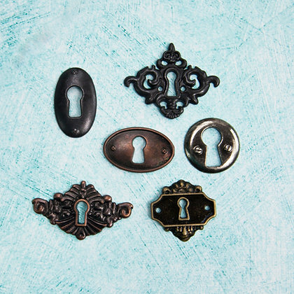 Junkyard findings key holes - Mini cerraduras