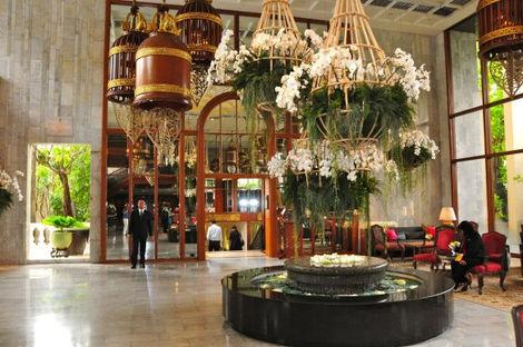 03-hmo-bgk-lobby-entrada-para-as-lojas.j
