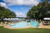 A piscina do hotel e a área de lazer.