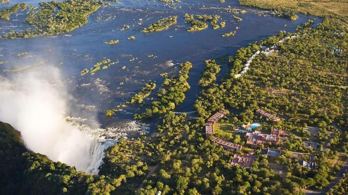 Vista aérea das Cataratas e do Hotel.