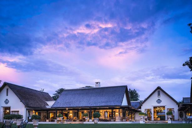 A sede do hotel, a biblioteca e o restaurante ao pôr do sol.