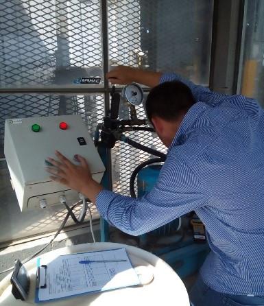 Técnico del LATU certificando prensa.